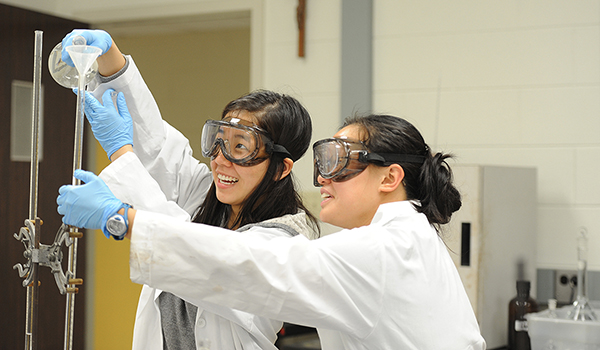 Students in chemisty lab
