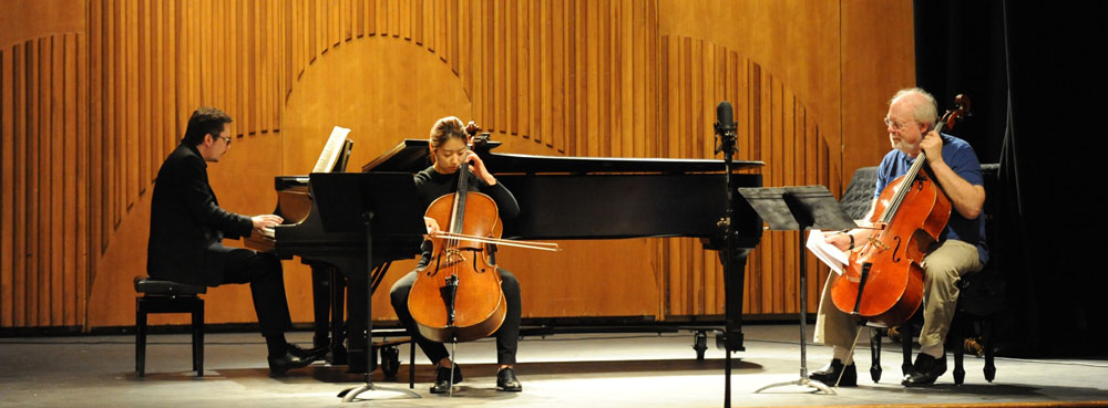 World-renowned cellist Lynn Harrell with students
