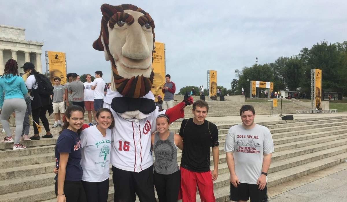 Students run to Lincoln Memorial