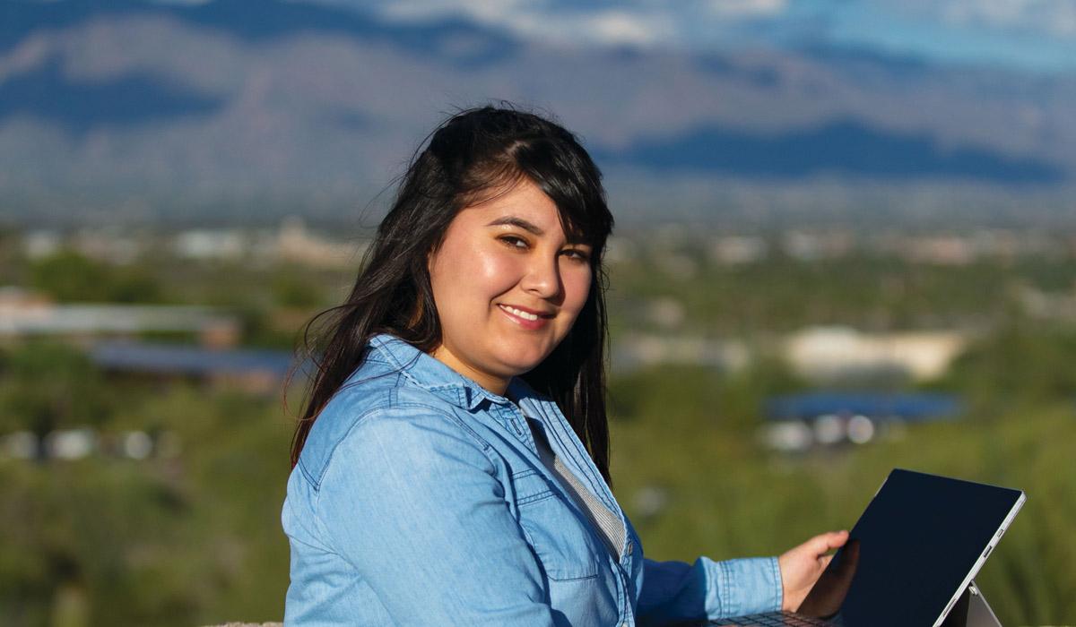 Estudiante mujer con montañas al fondo